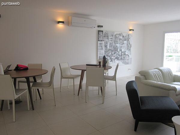 Espacio de estar de uso común en el segundo piso del edificio. Cuenta con mesas para juegos de cartas, sillones y TV con cable.
