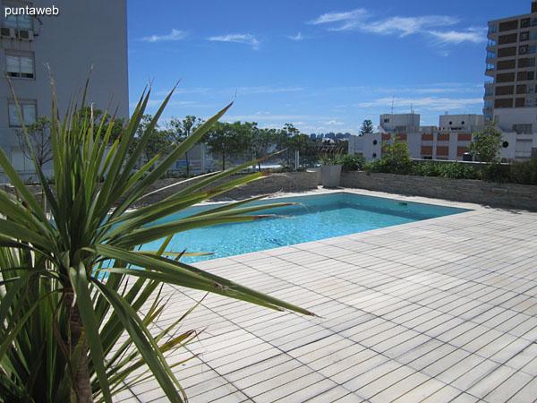 Vista hacia la terraza con pileta al aire libre desde el espacio de estar de uso común.