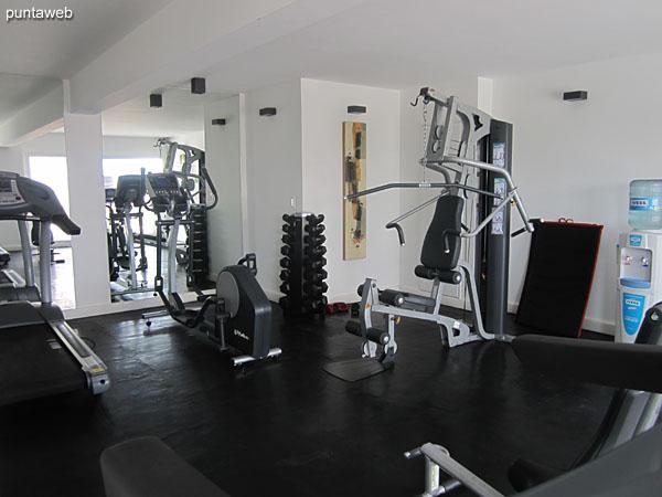 Gimnasio en el sector de amenidades en segundo piso. Equipado con cintas, bicicletas fijas y aparatos de pesas.