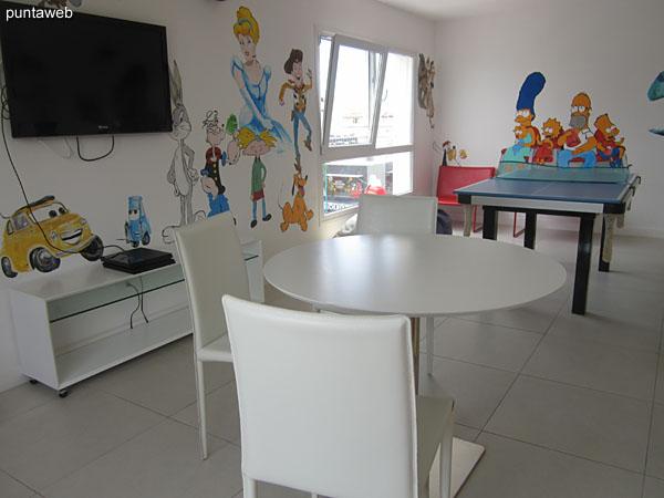 Espacio para niños en segundo piso del edificio. Cuenta con mesa de ping pong, TV con cable y mesa para juegos de cartas.