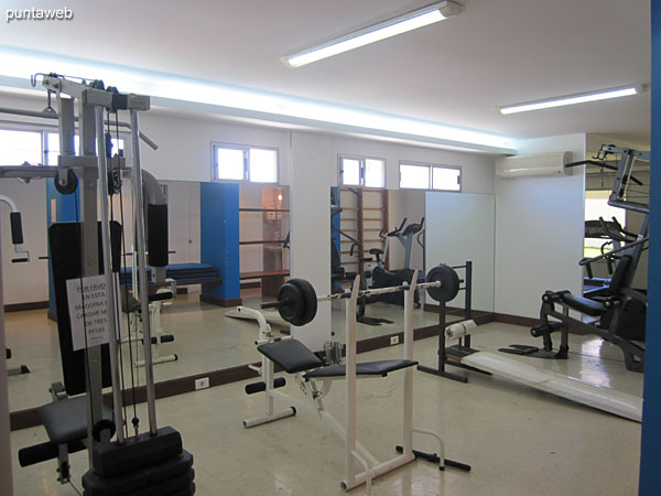 Fitness center. Located on the ground floor towards the north side. It has equipment of weights, tapes and fixed bicycles among other equipment.