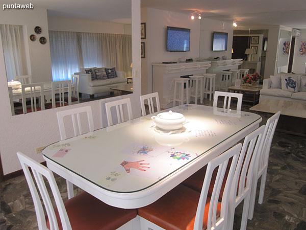 Detalle de la mesa del comedor, en madera y vidrio y capacidad para ocho personas.