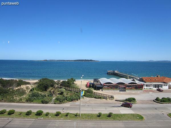 Vista hacia la bahía de Punta del Este sobre la playa Mansa desde la ventana del living comedor.