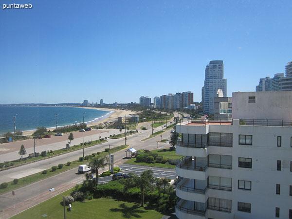 Vista hacia la bahía de Punta del Este a lo largo de la playa Mansa desde la ventana del living comedor.