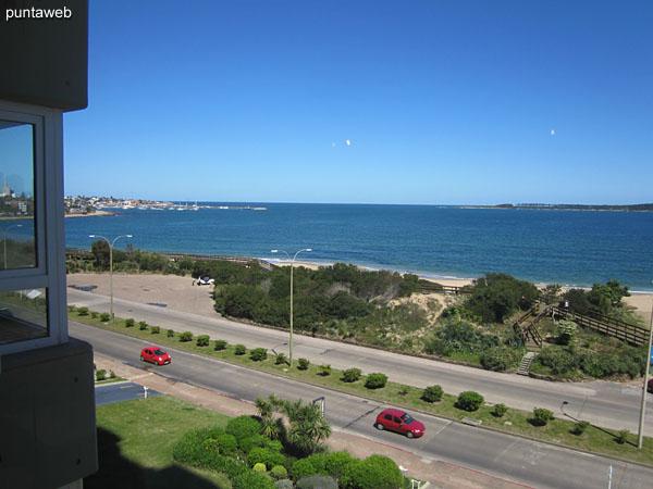 Vista hacia la península de Punta del Este desde la ventana del living comedor.