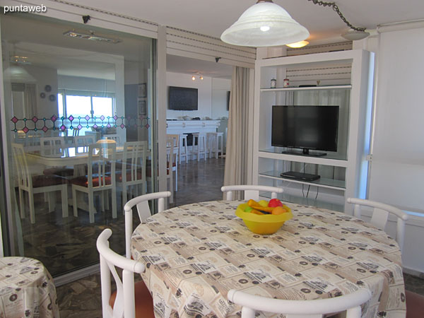 Balcón terraza cerrado y acondicionado como comedor diario. Cuenta con TV adicional.