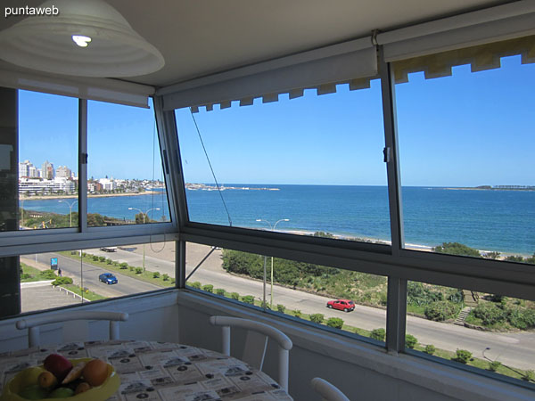 Vista hacia el puerto de yates de la península desde la ventana del balcón terraza cerrado.