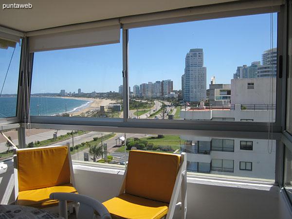 Vista hacia el noroeste a lo largo de la playa Mansa desde la ventana lateral del balcón terraza cerrado.