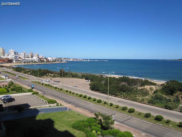 Vista hacia el puerto de yates de la península a lo largo de la rambla Claudio Williman desde la ventana del balcón terraza cerrado.