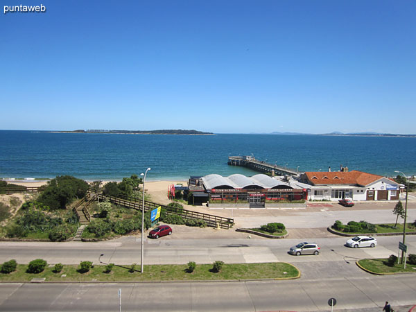 Vista hacia la bahía de Punta del Este, sobre la playa Mansa, isla Gorriti y muelle de pescadores del Club de Pesca desde la ventana del balcón cerrado y techado.
