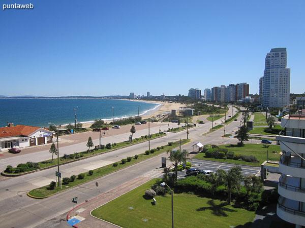 Vista hacia la bahía de Punta del Este a lo largo de la playa Mansa desde la ventana lateral del balcón terraza cerrado.
