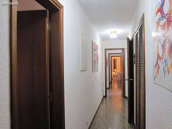 Pasillo de acceso a los dormitorios. A la izquierda en primer plano el acceso a la cocina y dormitiorio de servicio.