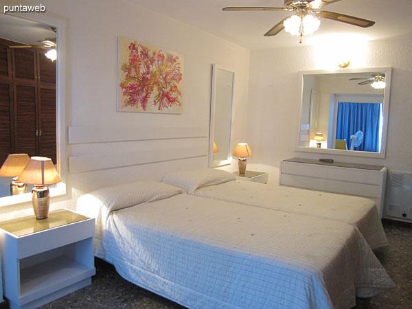 Vista general de la suite. Situada hacia el contrafrente y lateral norte de la planta. Cuenta con dos camas individuales que pueden juntarse.<br><br>Aire acondicionado y ventilador de techo.