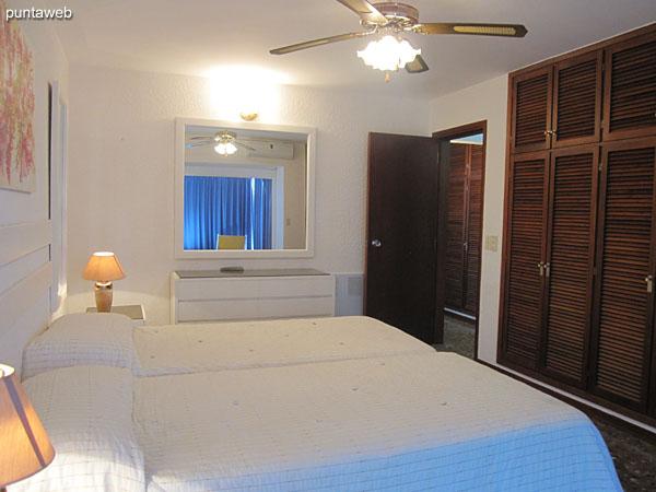 Vista general de la suite. Situada hacia el contrafrente y lateral norte de la planta. Cuenta con dos camas individuales que pueden juntarse.<br><br>Aire acondicionado y ventilador de techo. Amplio placard en madera.