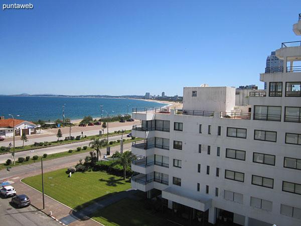 Vista hacia la bahía de Punta del Este desde la ventana de la suite.