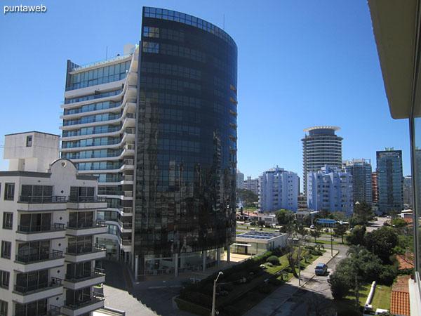 Vista hacia el entorno de edificios sobre el lateral norte desde la ventana de la suite.