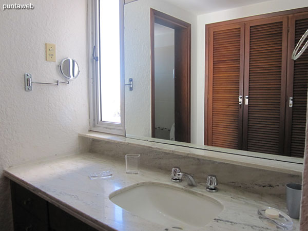 Baño de la suite. Cuenta con ventana, ducha y mampara de vidrio.