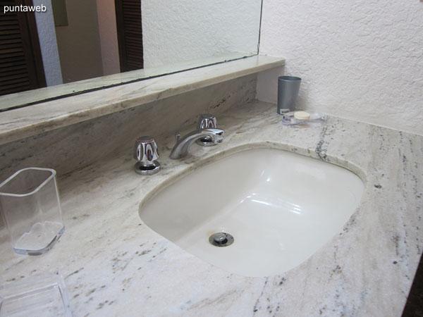 Detalle de grifería y artefactos sanitarios en el baño de la suite.