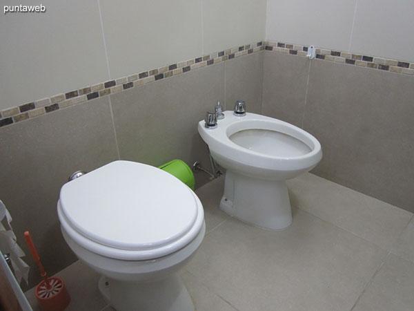 Detalle de artefactos sanitarios en el baño de la suite.