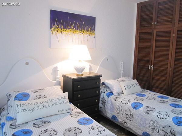 Segundo dormitorio. Situado sobre el lateral norte. Equipado con dos camas individuales, aire acondicionado y ventilador de techo. Amplio placard en madera.
