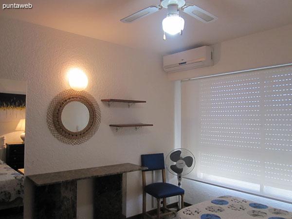 Segundo dormitorio. Situado sobre el lateral norte. Equipado con dos camas individuales, aire acondicionado y ventilador de techo.