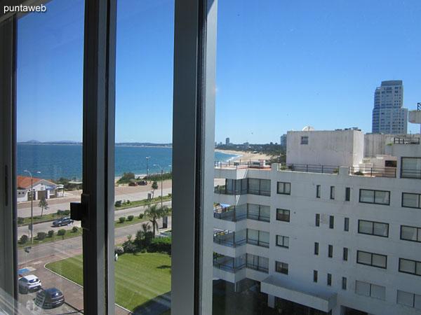 Vista hacia el lateral norte, bahía de Punta del Este y playa Mansa desde la ventana del segundo dormitorio.