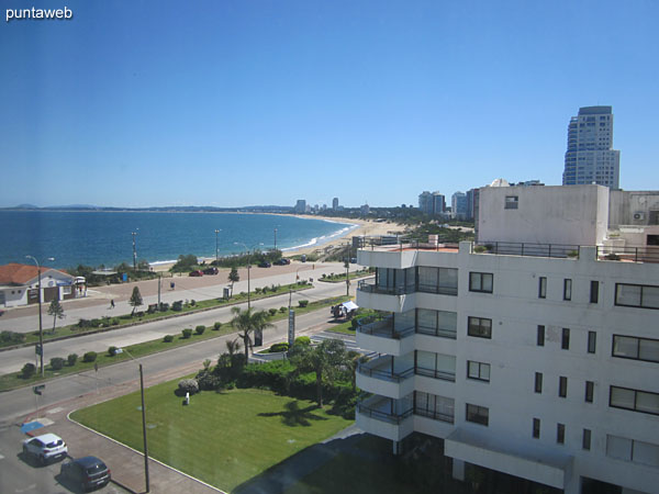 Vista hacia el lateral norte, bahía de Punta del Este y playa Mansa desde la ventana del tercer dormitorio.
