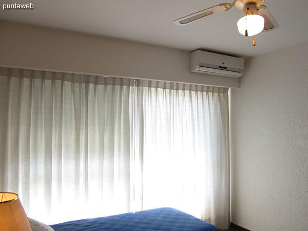 Tercer dormitorio. Situado hacia el lateral norte. Cuenta con dos camas individuales, ventilador de techo, aire acondicionado y amplio placard en madera.