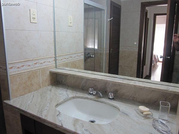 Segundo baño, interior. Cuenta con ducha y mampara de vidrio.