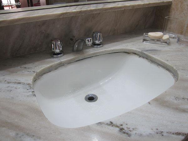 Detalle de grifería y artefactos sanitarios del segundo baño.