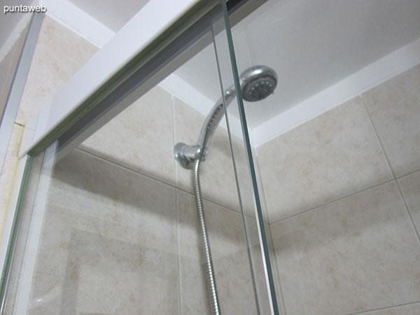 Segundo baño equipado con ducha y mampara de vidrio.
