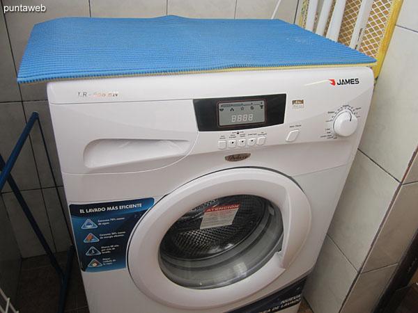 Lavarropas dispuesto en espacio de lavadero integrado a la cocina.