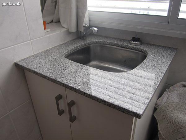 Pileta del lavadero integrado a la cocina.