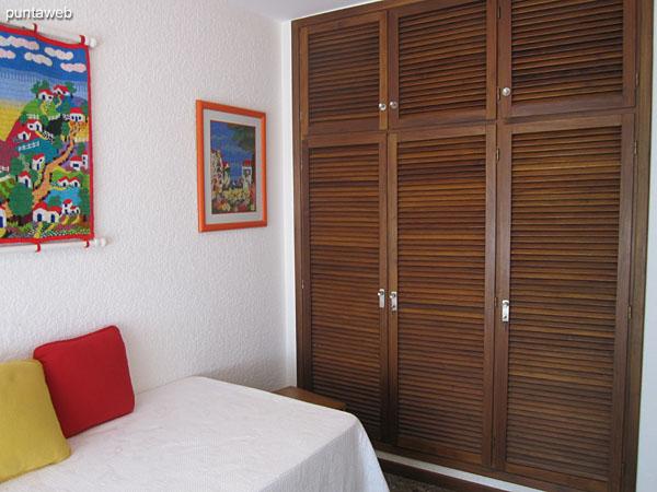 Dormitorio de servicio con amplio placard en madera.
