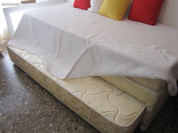 Cama marinera con capacidad para dos personas en el dormitorio de servicio.