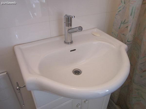 Detalle de grifería y artefactos sanitarios del baño de servicio.