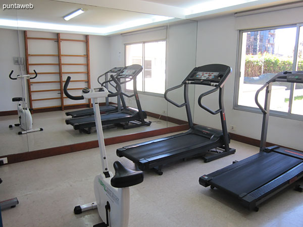 Gimnasio. Situado en planta baja hacia el lateral norte. Cuenta con equipos de pesas, cintas y bicicletas fijas entre otro equipamiento.