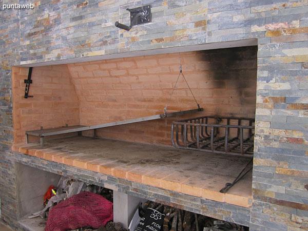 El espacio de baracoa se complementa con cocina, heladera con freezer y horno microondas.