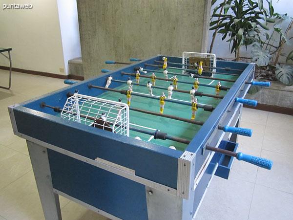 Sala de juegos para adolescentes. situado en el subsuelo del edificio. Cuenta con futbolito y mesas de ping pong.