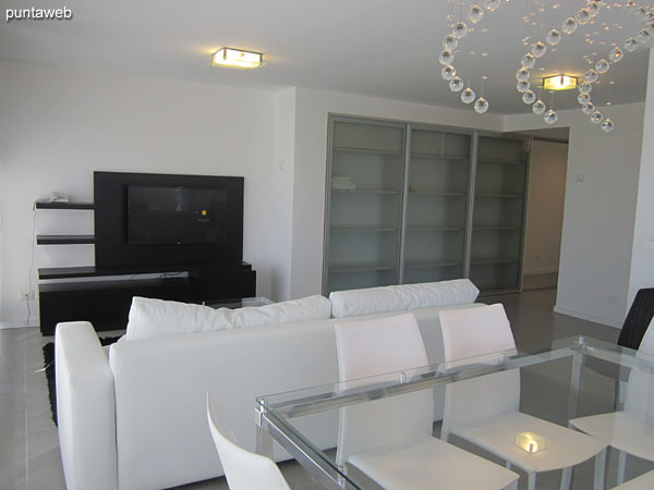 Large living room with kitchenette type.<br><br>Very bright. It offers access to balcony terrace to the west side.