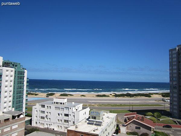 Vista al mar sobre la playa Brava desde el balcón terraza del apartamento.