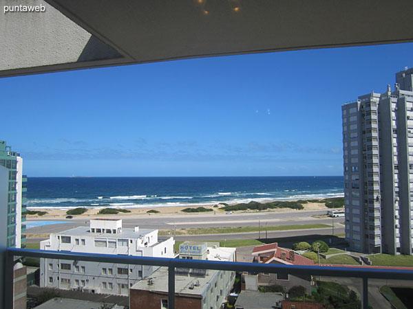 Vista hacia la costa atlántica sobre la playa Brava desde la ventana del living comedor.
