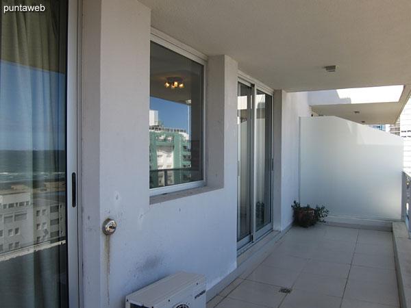 Balcón terraza techado. Accesible desde living comedor y suite.<br><br>Cuenta con sillas plegables.