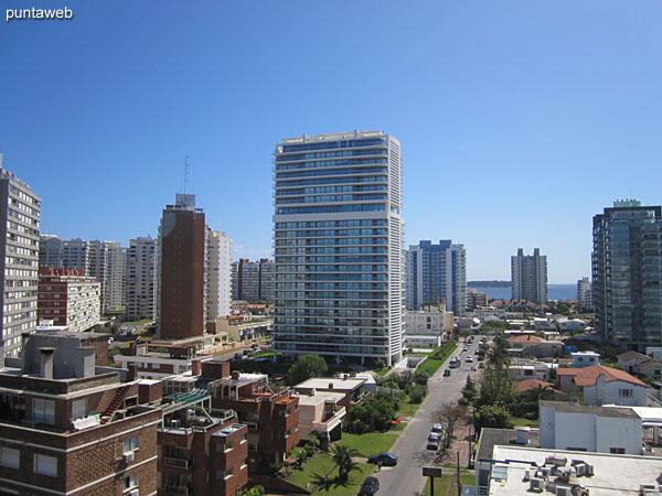 Vista hacia la playa Mansa y el atardecer desde el balcón terraza principal del apartamento.