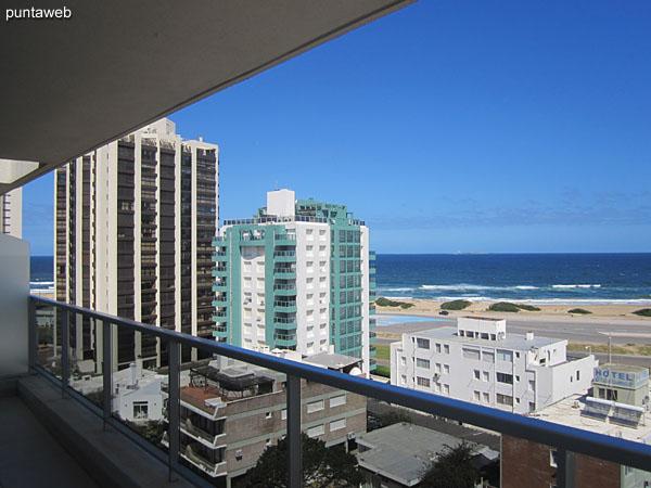 Vista al mar sobre la playa Brava desde el balcón terraza.