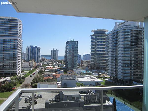 Vista hacia el oeste sobre el atardecer desde el balcón terraza principal del apartamento.