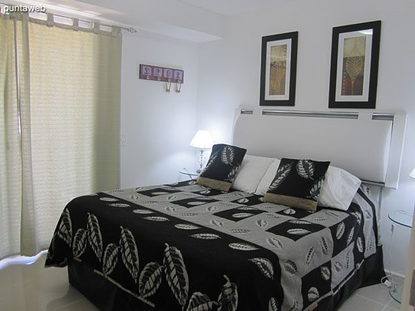 Suite room. Located towards the front of the floor with access to the main terrace balcony of the apartment.<br><br>Equipped with double bed, cable TV and air conditioning.<br><br>Bathroom with exterior window, shower and bathroom curtain.