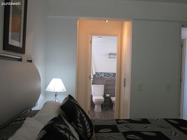 En el acceso al baño de la suite se encuentran los placares.
