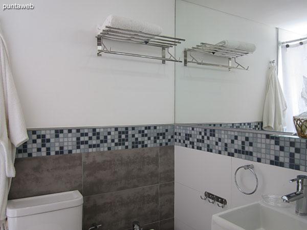 Baño de la suite, completo con ventana exterior. Equipado con ducha, bañera y cortina de baño.