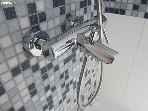 Detalle de grifería en el baño de la suite.